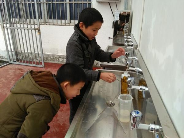 溪口中心小学学生用上了直饮水